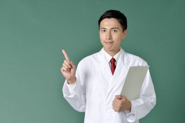 緑内障について説明する医師