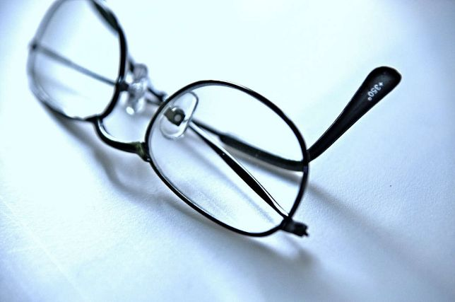 机に置かれた眼鏡